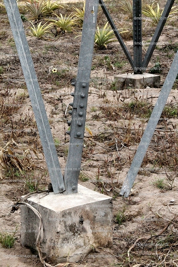 Torre danificada por uma viatura na Manhiça