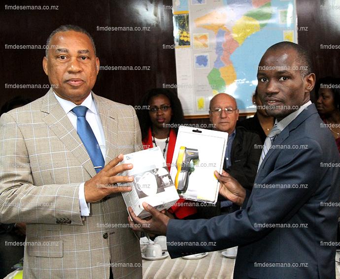 Entrega  simbólica do material para prevenção e combate ao virus da Ébola