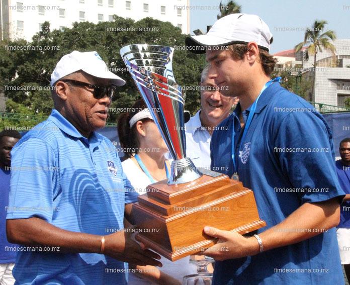 Entrega da taça ao vencedor do Open Tenis