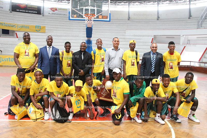Fotografia em grupo - Dirigentes mcel organização e equipa vencedora masculinos