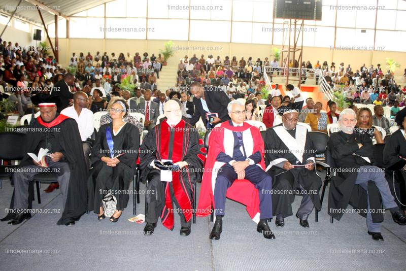 Parte dos docentes presentes na cerimónia de graduação 3