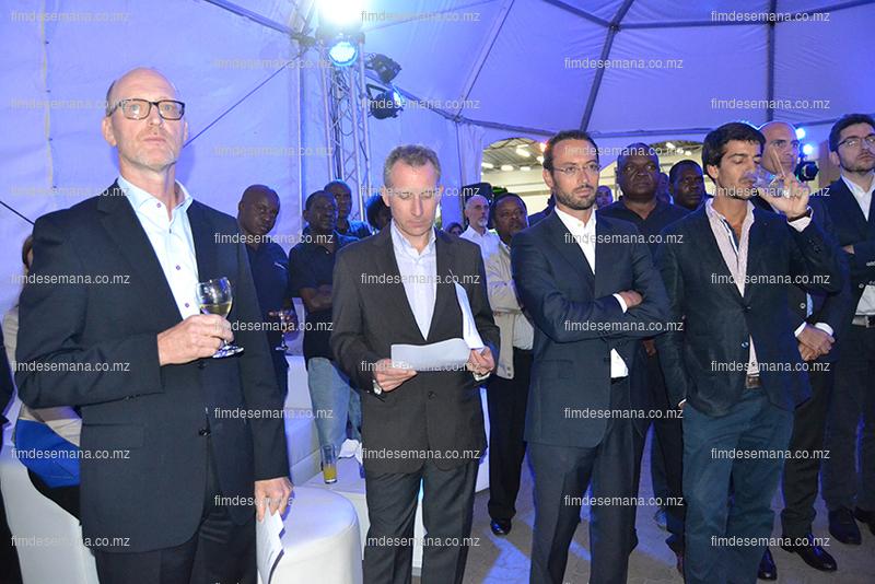 Participantes na cerimónia de inauguração da Auto Sueco Moçambique