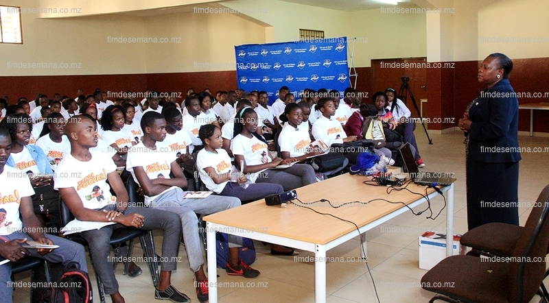 Estudantes da Escola Comercial durante uma palestra promovida pelo Standard Bank 02 2