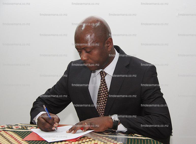 Assinatura do livro da tomada de posse do PCA da Televinte Armando Munhequete