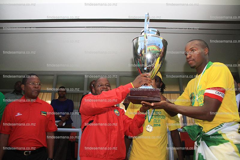 Entrega da taça ao capitão do Ferroviário da Beira vencedor da Taça Moçambique Mcel 2