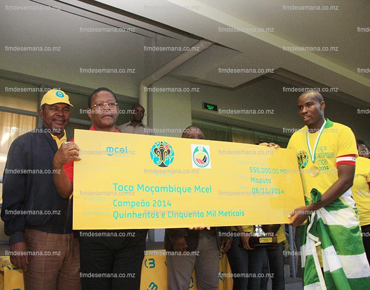 Entrega do cheque ao capitão do Ferroviário da Beira vencedor da Taça Moçambique Mcel