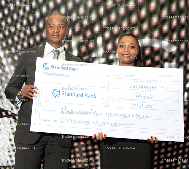 Momento da entrega do cheque ao vencedor do jornalismo televisivo Alfredo Junior pela Directora dos Recursos Humanos do Standard bank Helia Campos