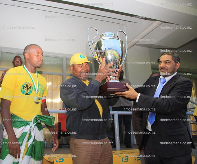 Teodato Hunguana PCA da Mcel entregando a taça ao Presidende da Federação Moçambicana de Futebol Faizal Sidat