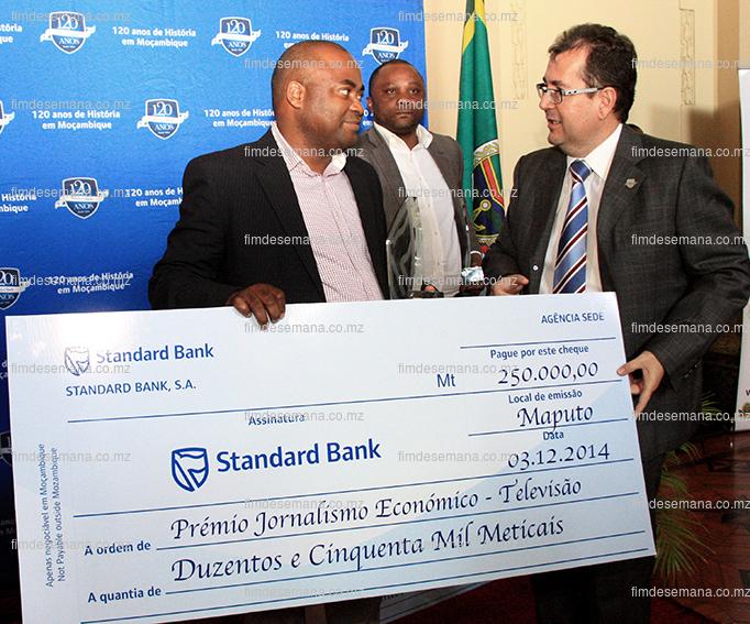 Acto de entrega do cheque ao José Nguila vencedor da categoria de televisão
