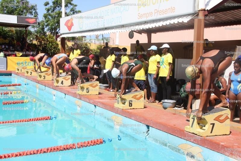 Atletas disputando uma das finais de natação