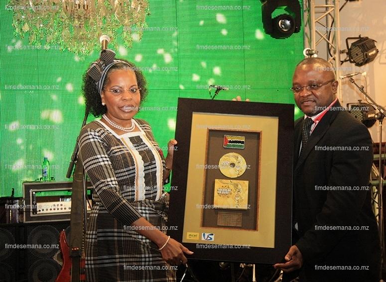 Entrega de um quadro em forma de homenagem contendo um disco da Colecção de Ouro Volume 2  à Maria de Luz Guebuza Primeira-Dama de Moçambique