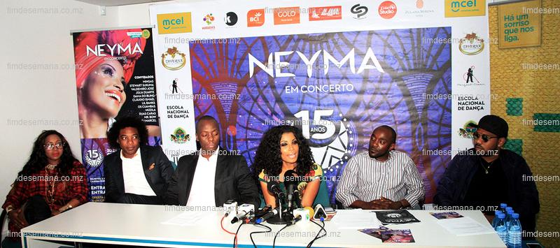 Mesa que presidiu a conferência de imprensa sobre os 15 anos de carreira da cantora Neyma Alfredo