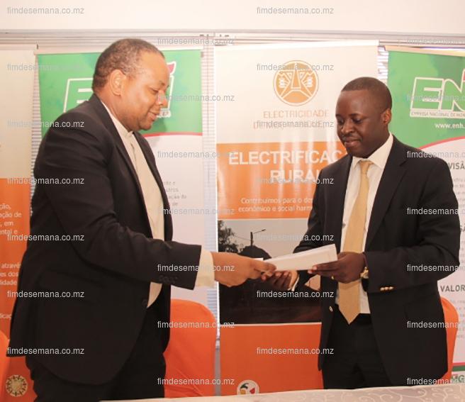 Troca de pastas após assinatura do contrato de concessão de gás entre EDM e ENH