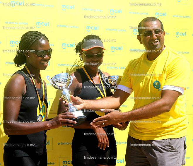 Acto da entrega da taça aos vencedores do voleibol em femininos