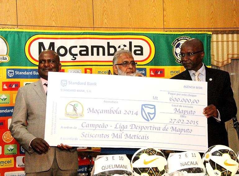 Acto da entrega do cheque à Liga Desportiva de Maputo Vencedor do Moçambola 2014