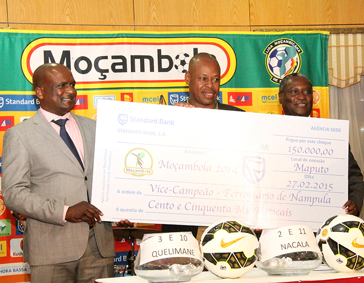 Entrega do cheque ao Ferroviário de Nampula vice-campeão do Moçambola 2014