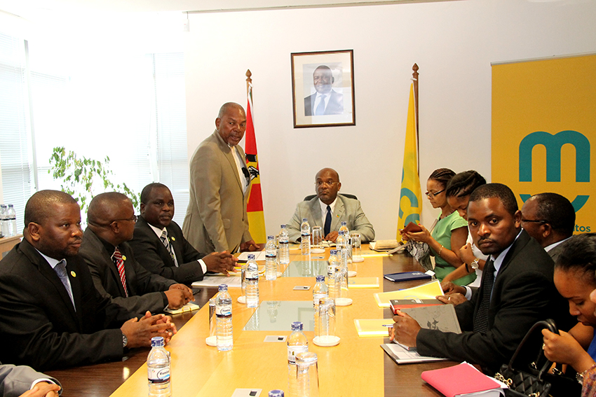Mesa que presidiu o encontro entre o Ministro dos Transportes e Comunicações Carlos Mesquita e a Direcção da mcel