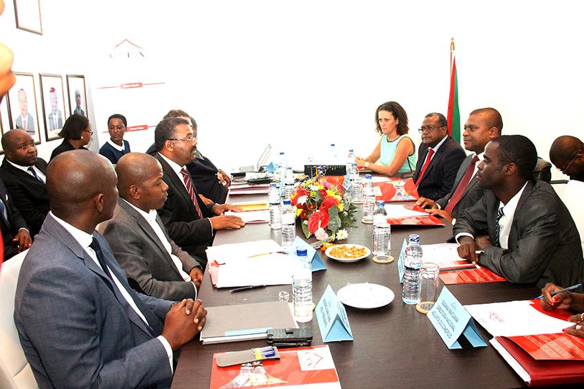 Ministro da Indústria e Comércio Ernesto Tonela e membros da CTA
