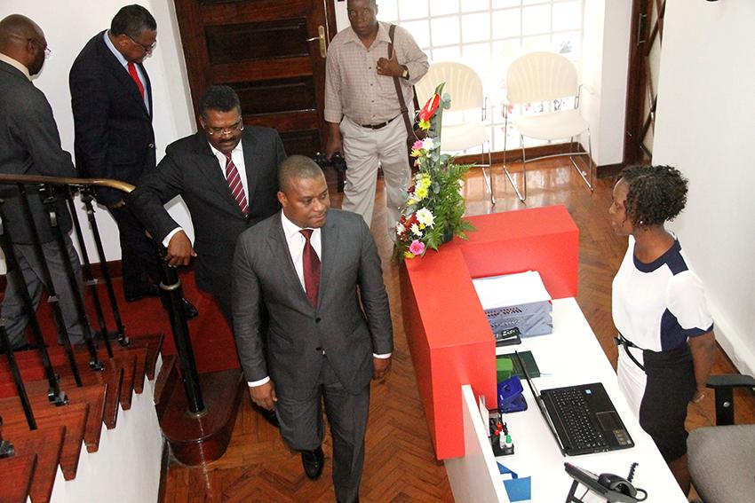 Ministro da Indústria e Comércio Ernesto Tonela visitando as instalações da CTA