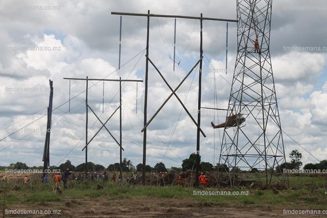 Pormenor da construção da linha provísória de 220KV que alimenta o Norte do País