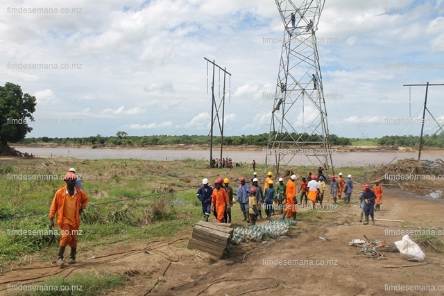 Trabalhos de reposição da linha  no Rio Licungo