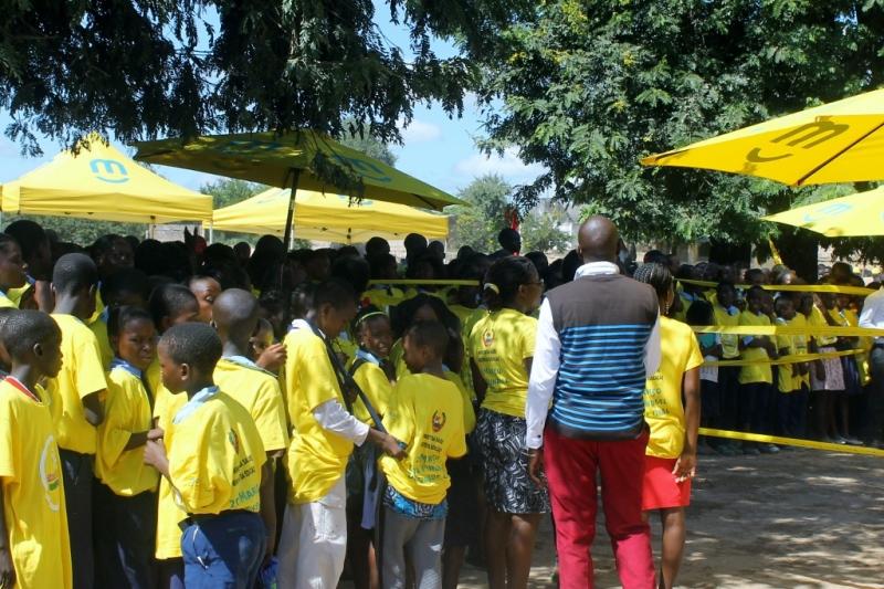 Crianças de várias escolas primárias de Moatize na cerimónia de lançamento da campanha de saúde oral 1024x682