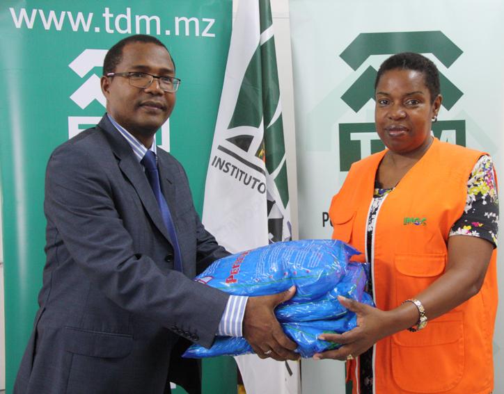 Entrega simbólica das redes mosquiteiras ao Instituto Nacional de Gestão de Calamidades