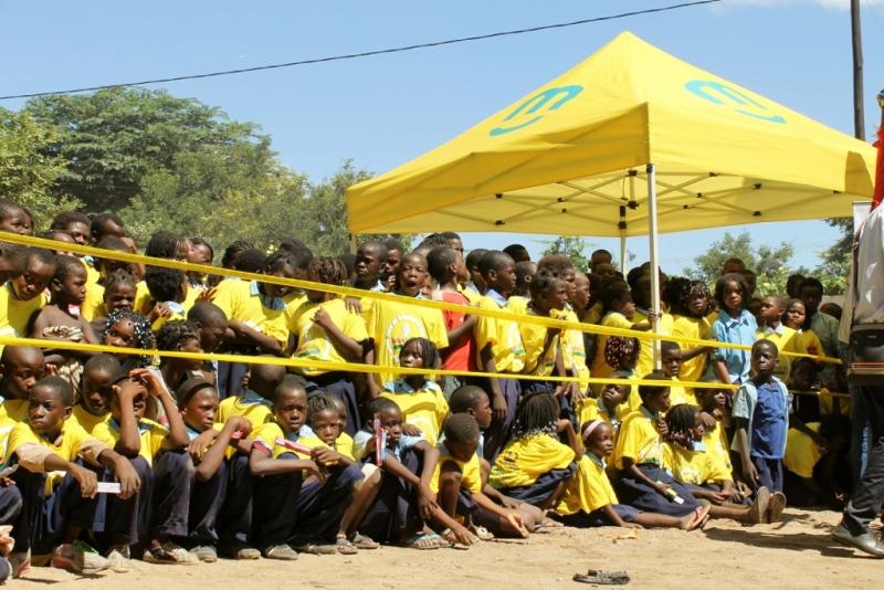 crianças na cerimónia de lançamento da campanha nacional de saúde oral nas escolas em Moatize 1024x683