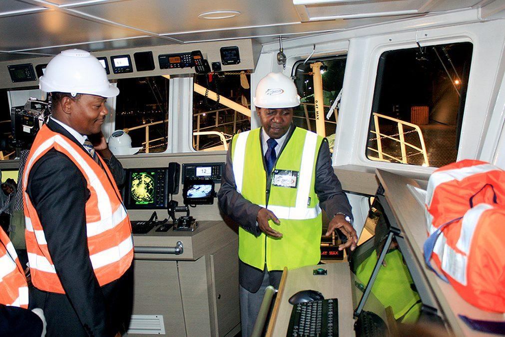 Agostinho Mondlane - Ministro do Mar Aguas Interiores e Pescas visitando um dos barcos