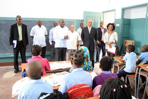 Lourenço de Rosário - presidente da FUNDE dialogando com alunos da Escola Primária Completa 25 de Junho