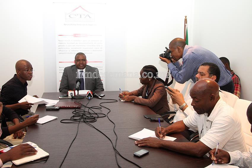 Mesa que presidiu a Conferência de Imprensa para apresentação do IIº Seminário Nacional dos Conselhos Empresariais Provinciais