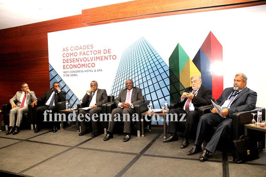 Mesa que presidiu o Fórum Empresarial de Maputo