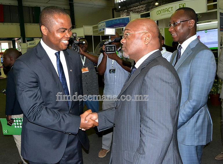 Aperto de mão entre Administrador Delegado do Standard Bank Chuma Nwokocha e Carlos Mesquita Ministro dos Transportes e Comunicações