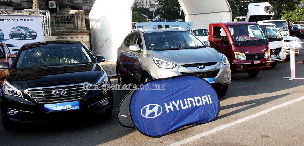 Carros expostos na feira de automóvel 3