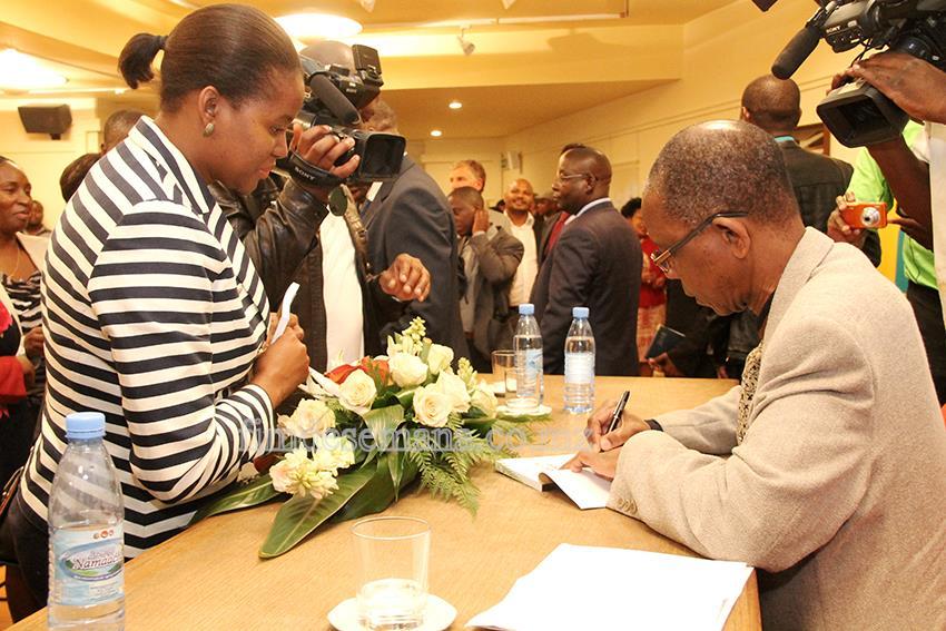 Assinatura de autógrafos do livro do escritor Aldino Muianga