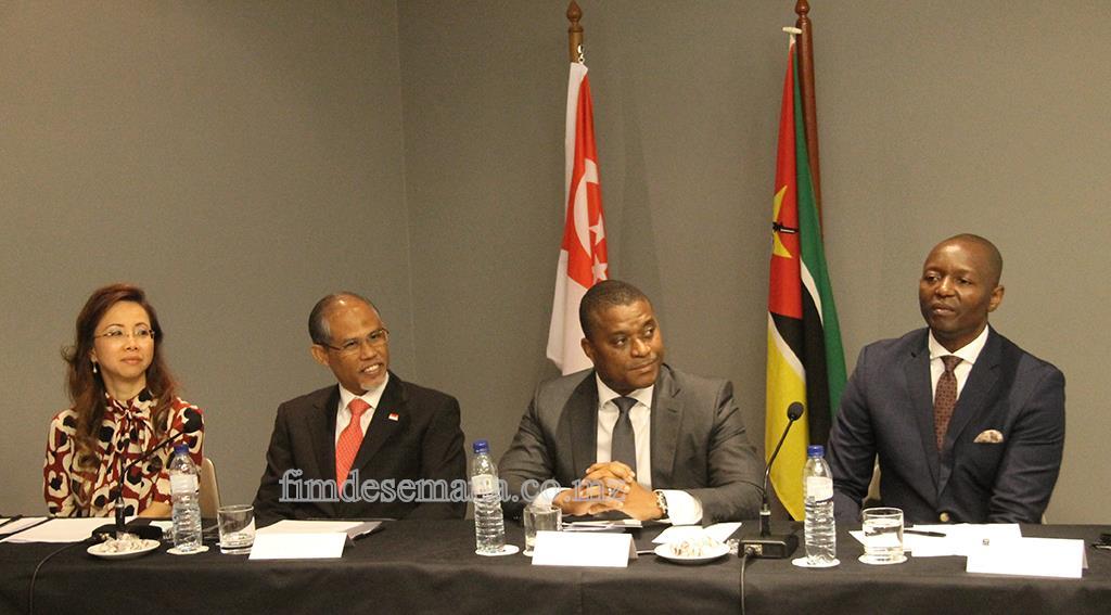 Mesa que presidiu o Fórum de Negócios Moçambique-Singapura