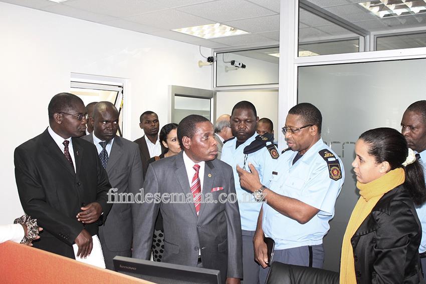 Ministro da Indústria e Comércio do Malawi a receber esclarecimentos sobre o funcionamento da Janela Única Electrónica pelo Director Geral das Alfândegas de Mo