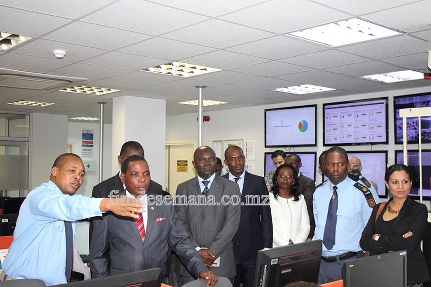 Ministro da Indústria e Comércio do Malawi a receber explicações sobre o funcionamento da Janela Única Electrónica 1