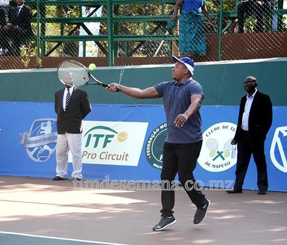 O Ministro da Juventude e Desportos - Alberto Nkutumula - dando umas tacadas