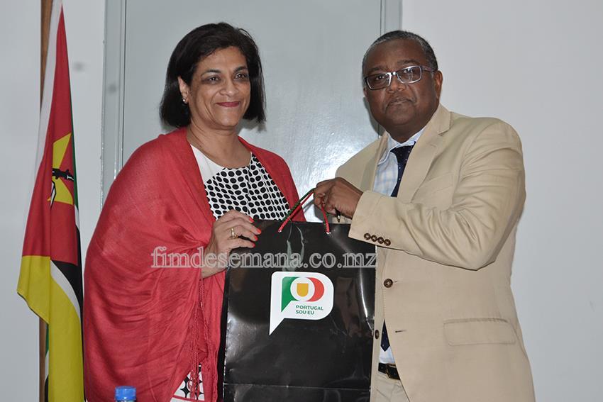 Oferta de um brinde ao Vice-Ministro da Indústria e Comércio