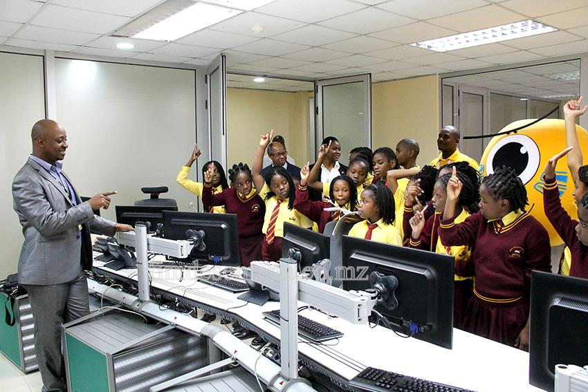 Visita à sede da mcel pelos estudantes do Externato Junica alusiva ao Dia da Criança Africana