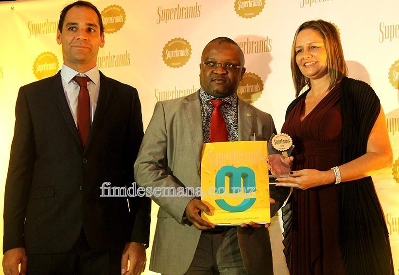 Acto de entrega do troféu e selo Superbrands ao Administrador Comercial da mcel Cláudio Chiche