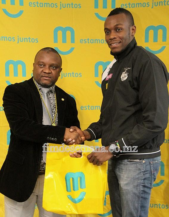 Administrador Comercial da mcel Cláudio Chiche no acto da entrega dos prémios a um dos jogadores da equipa de basquetebol do Clube Desportivo de Maputo