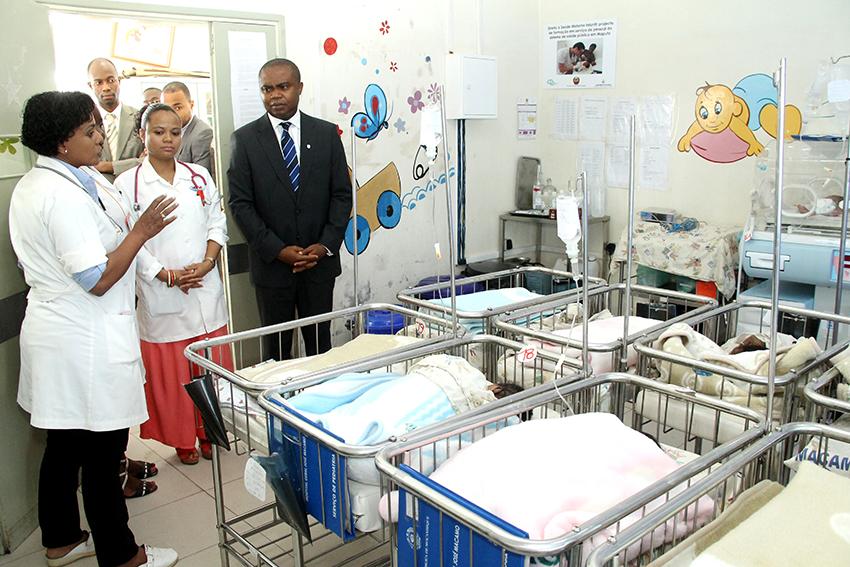 Momento em que o Administrador Delegado do Standard Bank visitava a Pediatria do Hospital Geral José Macamo