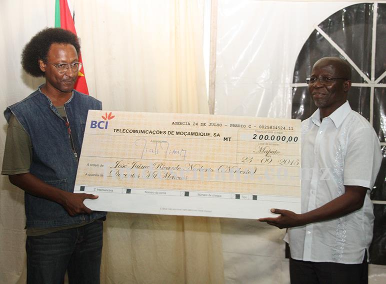 Acto de entrega do cheque ao primeiro classificado da XIII edição da Bienal TDM