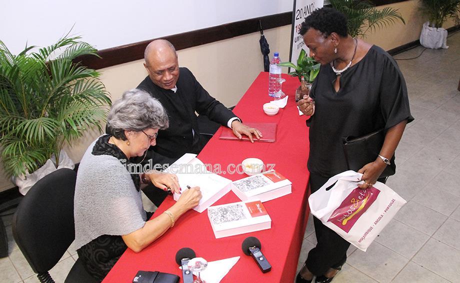 Fernada Cavacas no acto de assinatura de autógrafos ao livro sobre a vida de Mia Couto