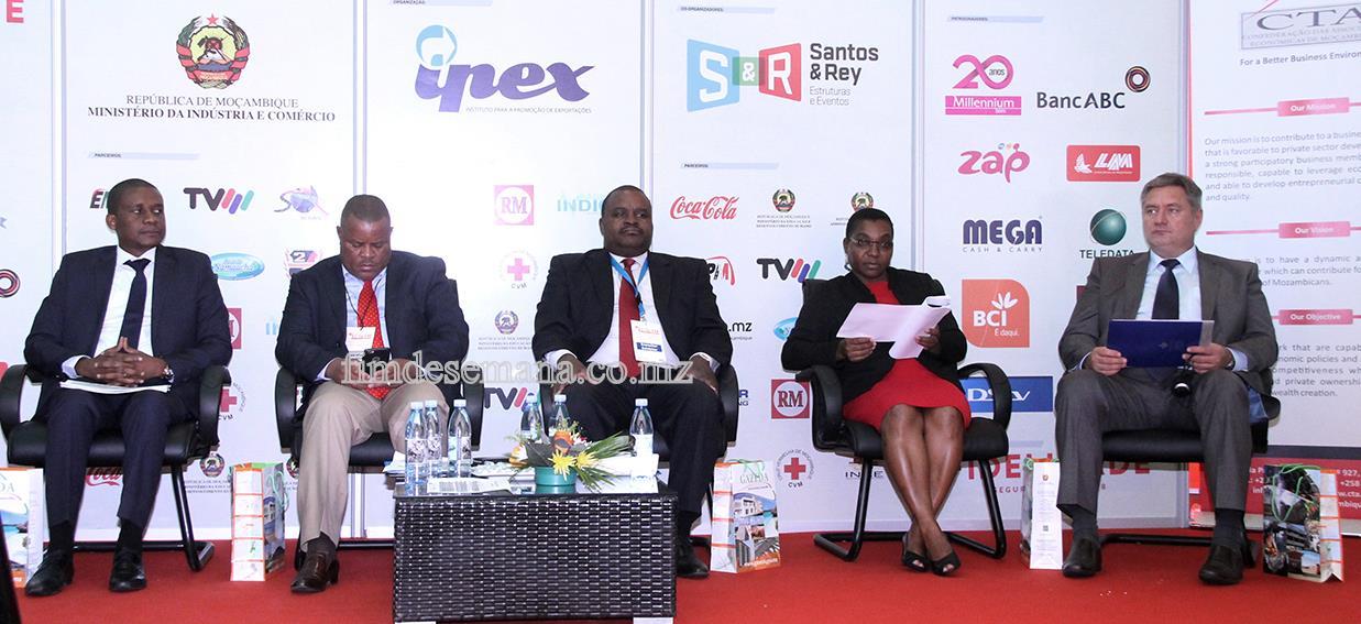 Mesa que presidiu o seminário de promoção de potencialidades  económicas e oportunidades de investimento em Moçambique