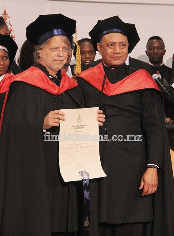 Mia Couto - exibindo o Certificado do doutoramento Honoris Causa