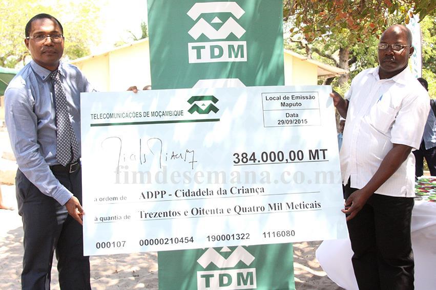 Acto da entrega do cheque ao Director da ADPP