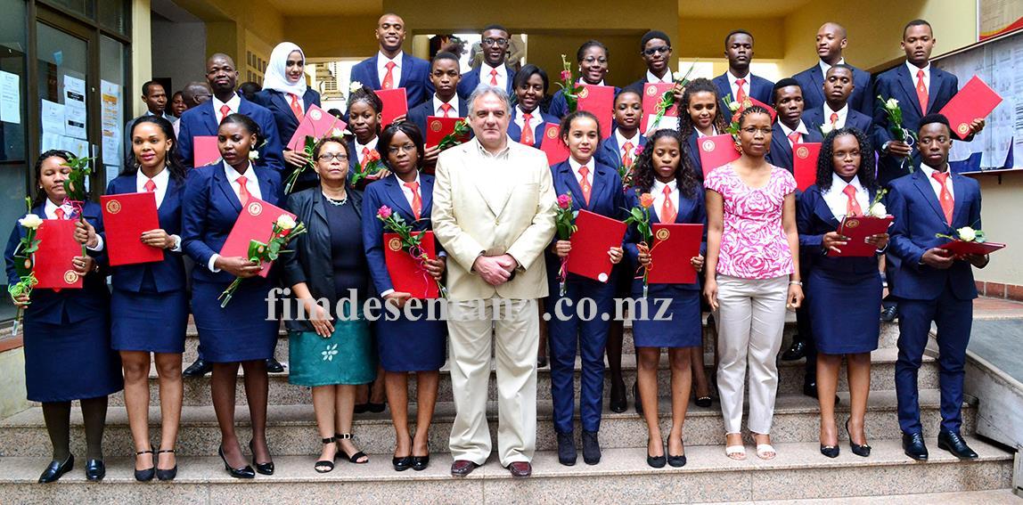 Foto de família dos graduados ao lado do corpo directivo do IMEP e da Universidade Politécnica